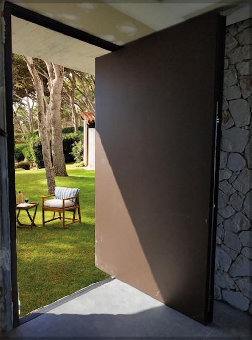 Instalación de una puerta pivotante en Mallorca
